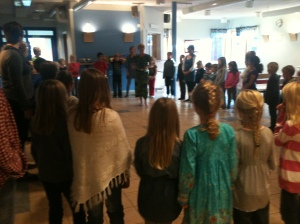 Mia Roux dansar afrikanskt med barn i Träslövsläge