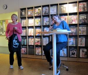 Elin Boardy beösker Varbergs bibliotek